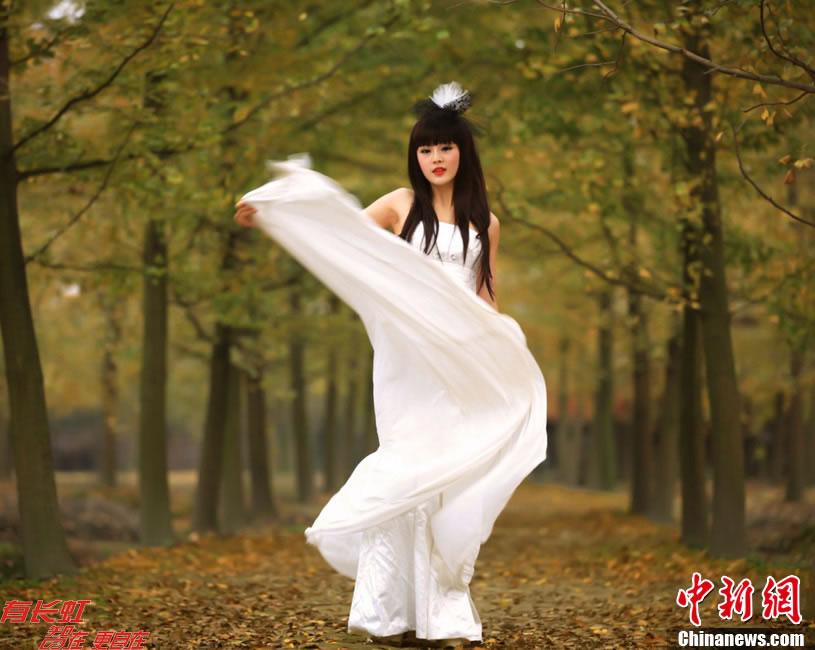 白衣美女在银杏树下起舞